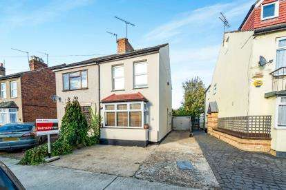 2 Bedrooms Semi Detached House for sale in Mawneys, Romford, Havering