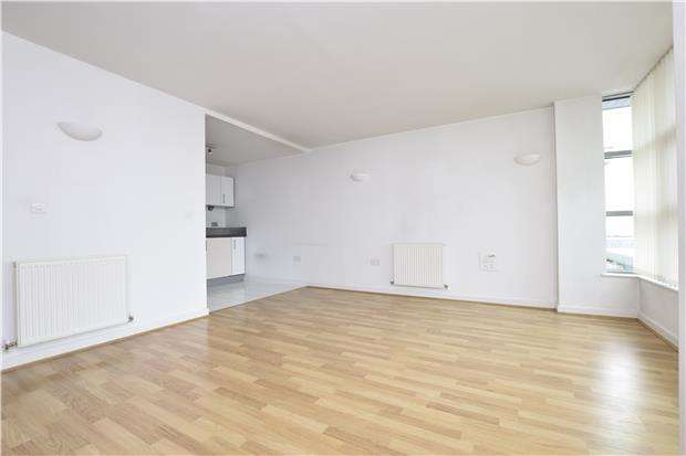 1 Bedroom Flat for sale in One bedroom apartment with concierge & resident's gym 0.5 miles from Romford Station
