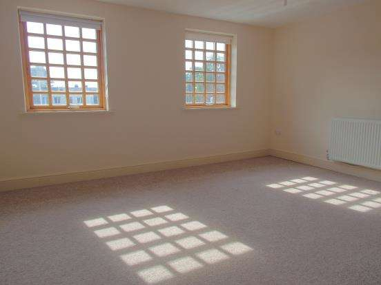 2 Bedrooms Flat for sale in Midhurst, West Sussex, .