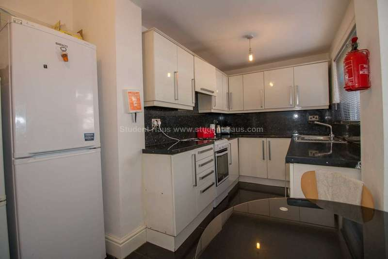 5 Bedrooms House for rent in Nadine Street, Salford, M6 5WG