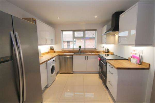 3 Bedrooms Bungalow for sale in Stanmore Close, Clacton on Sea