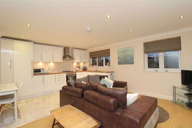 1 Bedroom Flat for sale in Christine Court, Feltham Hill Road, Ashford, Middlesex