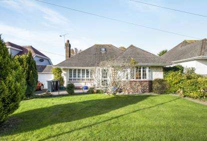 2 Bedrooms Bungalow for sale in Highcliffe, Christchurch, Dorset