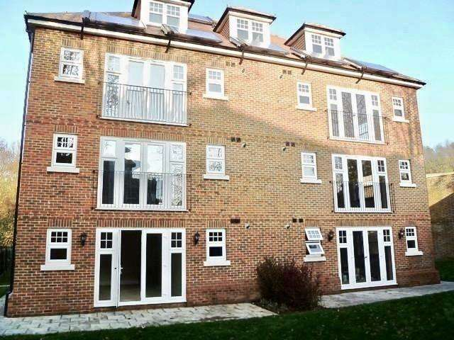 2 Bedrooms Flat for sale in Churchview Close, Caterham, Surrey, CR3 6EZ