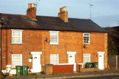 2 Bedrooms Terraced House for rent in Town centre