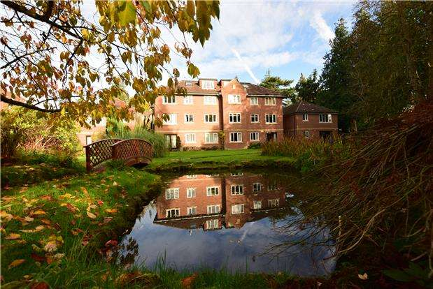 2 Bedrooms Flat for sale in Tarland House, Bayhall Road, TN2 4TP