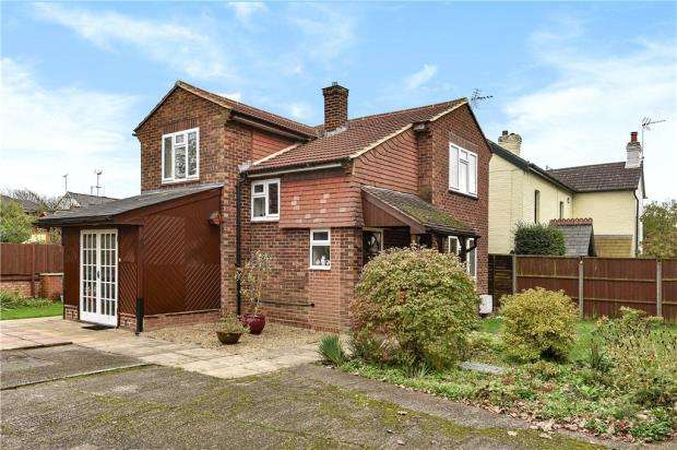 3 Bedrooms Detached House for sale in Brookside, Sandhurst, Berkshire