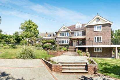 5 Bedrooms Detached House for sale in The Hillside, Chelsfield Park, Orpington