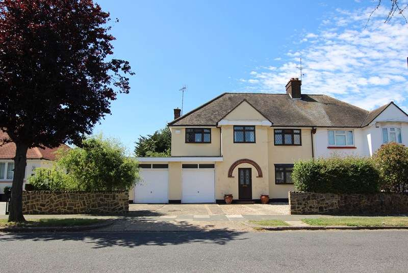 4 Bedrooms Semi Detached House for sale in Burges Estate, Thorpe Bay