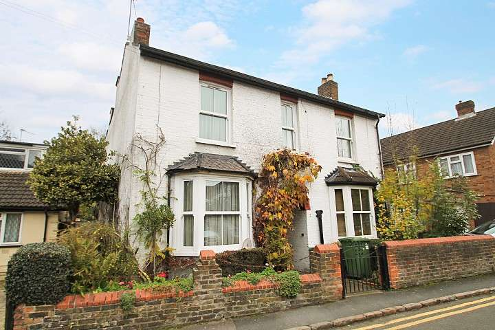 3 Bedrooms Semi Detached House for sale in Birch Green, Staines-Upon-Thames, TW18