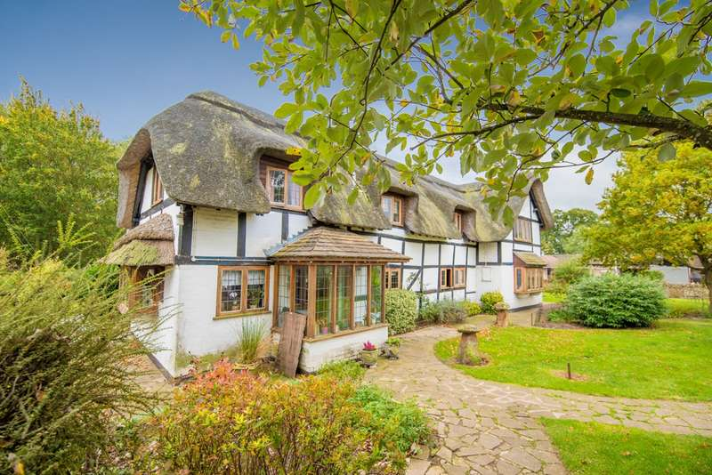 4 Bedrooms Detached House for sale in Worcester Road, Drakes Broughton, Pershore, WR10