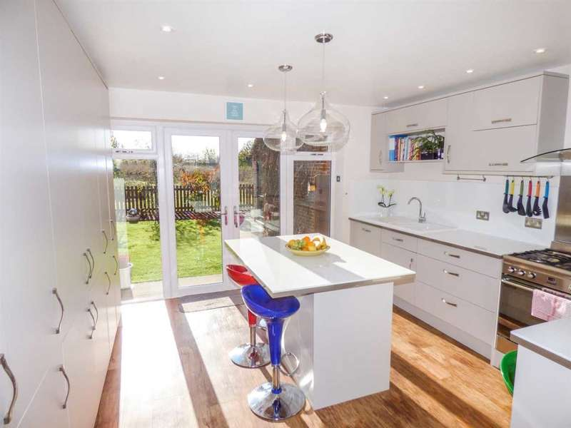 4 Bedrooms Detached House for sale in Thatcham Road, Walton Cardiff, Tewkesbury