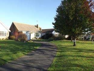 2 Bedrooms Bungalow for sale in Shirley Drive, Felpham, Bognor Regis, West Sussex