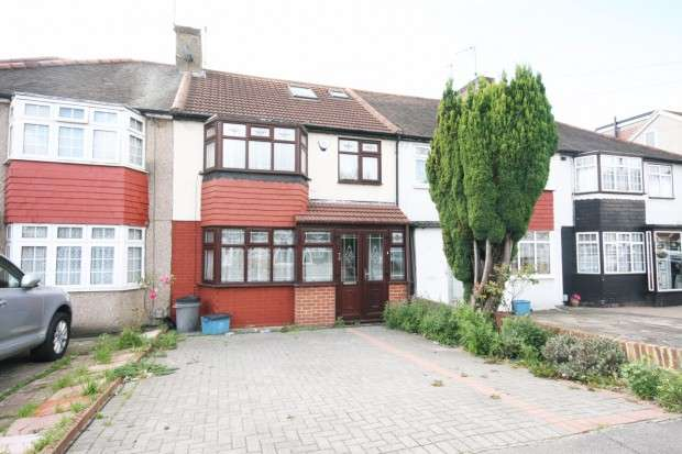 4 Bedrooms Terraced House for rent in The Glade, Ilford, IG5