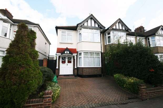 3 Bedrooms End Of Terrace House for rent in Primrose Avenue, Romford, RM6
