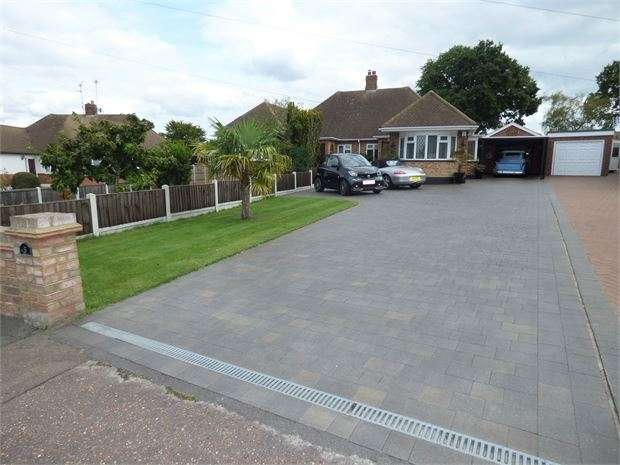 3 Bedrooms Semi Detached Bungalow for sale in Thorndon Park Crescent, Leigh on sea, SS9 4RG