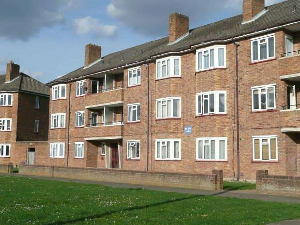 2 Bedrooms Flat for rent in Woodgate Avenue, Chessington