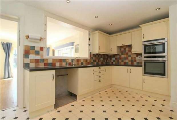3 Bedrooms Terraced House for sale in Kingsway, Stanwell, Middlesex