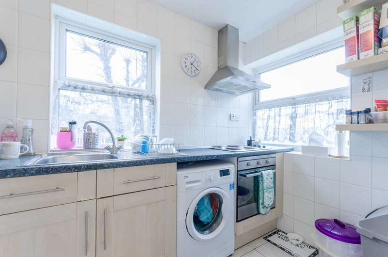 2 Bedrooms Flat for sale in Serbin Close, Leytonstone, E10