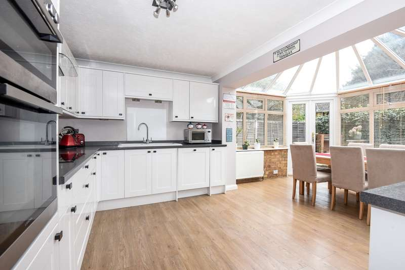 3 Bedrooms Semi Detached House for sale in Cherry Way, Horton, SL3