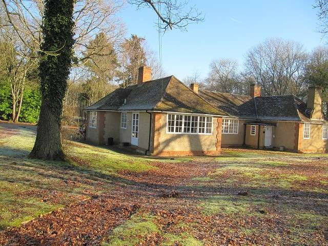 3 Bedrooms Bungalow for rent in Sherfield-On-Loddon