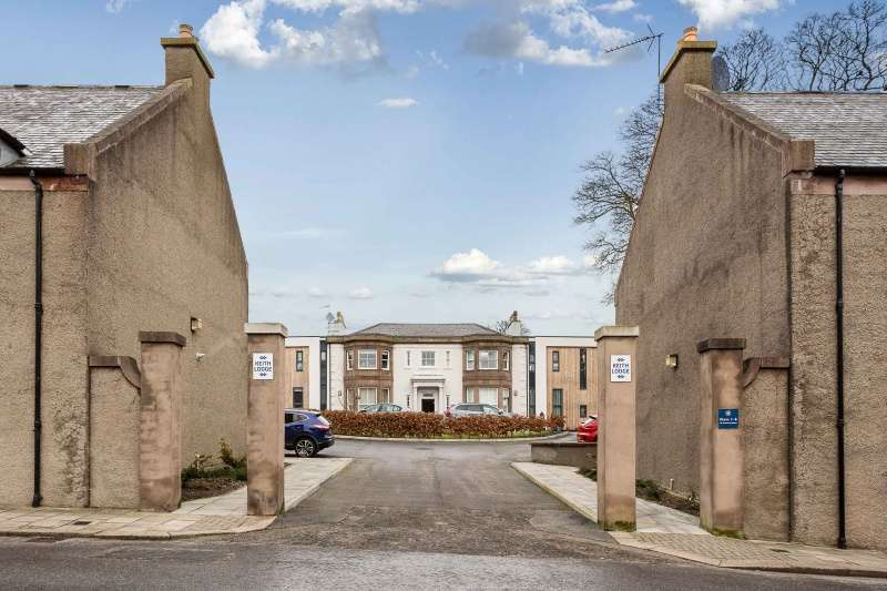 3 Bedrooms Flat for sale in Keith Lodge, Cameron Street, Stonehaven, Aberdeenshire, AB39 2QG
