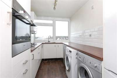 2 Bedrooms Flat for rent in The Chiltons, South Woodford