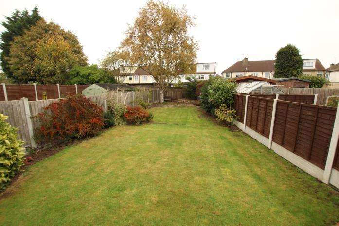 3 Bedrooms Bungalow for rent in Lyndvale Avenue, Southend-on-Sea