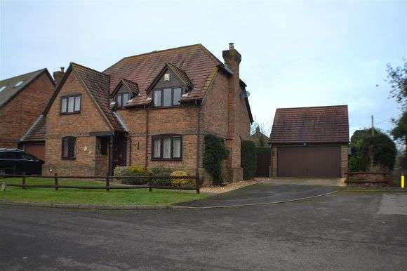 4 Bedrooms Detached House for sale in Romans Gate, Pamber Heath, Tadley