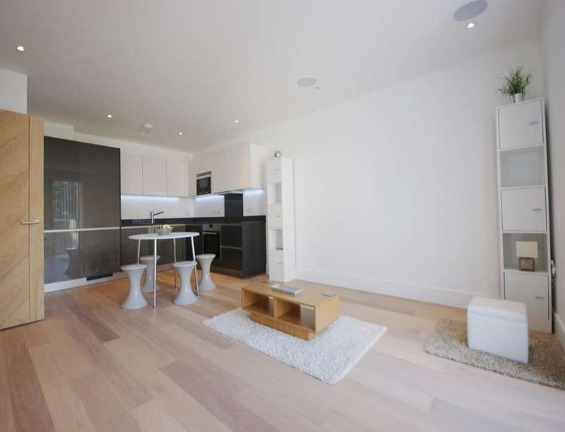2 Bedrooms Flat for rent in Warner Street, Clerkenwell, London, EC1R