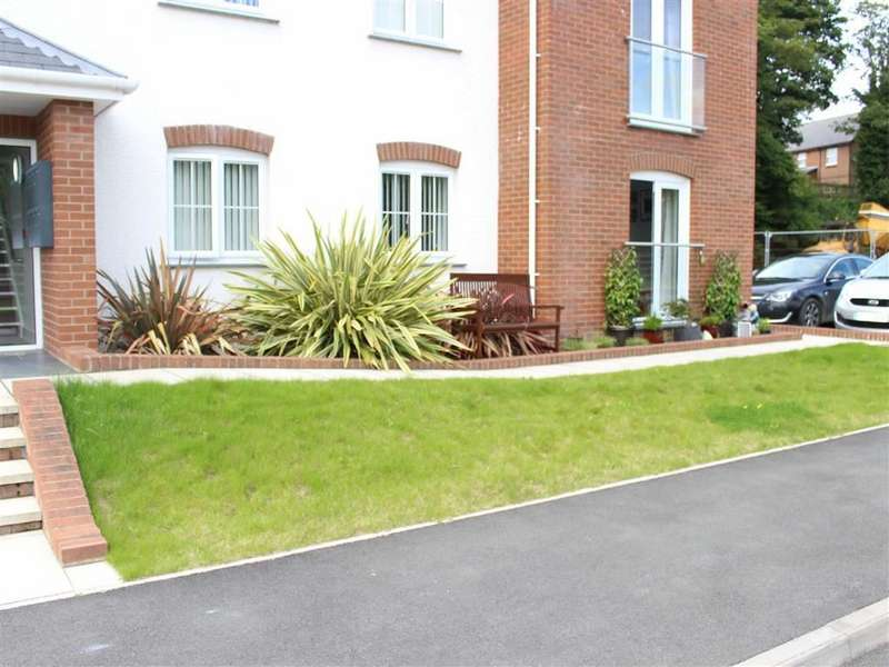 2 Bedrooms Flat for sale in Cwrt Dulais, Lampeter