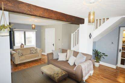 2 Bedrooms Semi Detached House for sale in Garth Fold, Idle Village, Bradford, West Yorkshire
