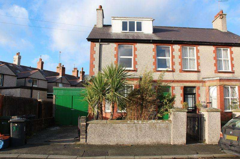 4 Bedrooms Semi Detached House for sale in Cyttir Road, Holyhead