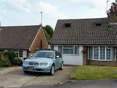 3 Bedrooms Semi Detached House for sale in Woodlands Close, Heathfield, TN21 8BH