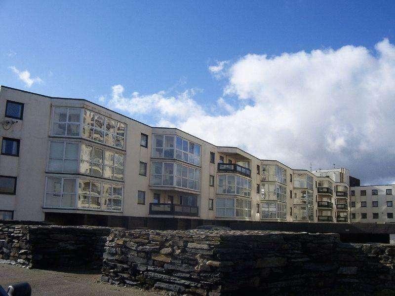 2 Bedrooms Apartment Flat for sale in Queens Court, Ramsey