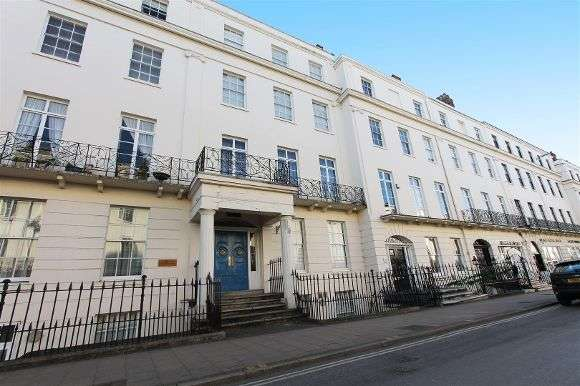 2 Bedrooms Flat for sale in William House, Parade, Leamington Spa