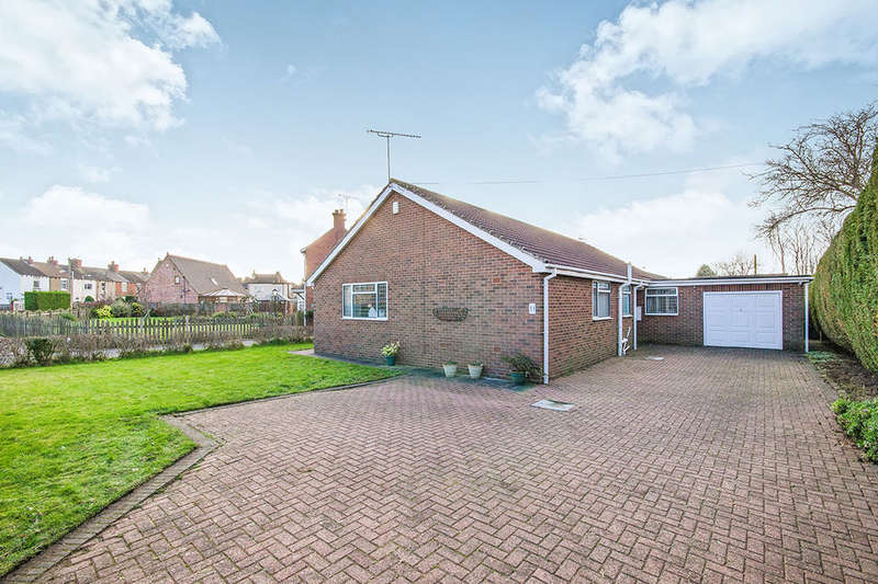 3 Bedrooms Detached Bungalow for sale in Cutsyke Road, North Featherstone, Pontefract, WF7