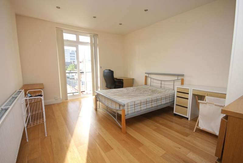 4 Bedrooms Flat for rent in Camden Road N7 0SH