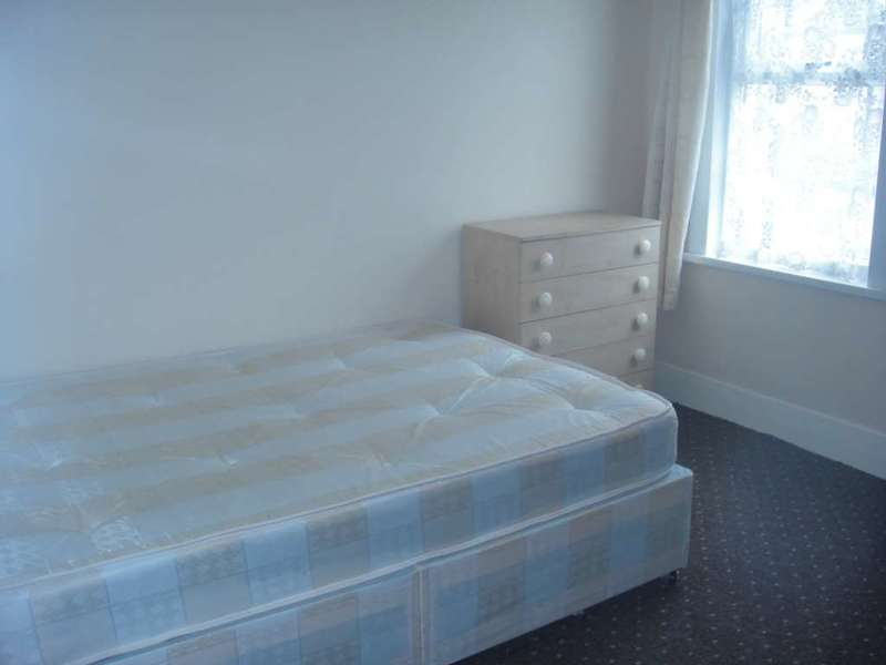 4 Bedrooms Flat for rent in High Street North, Manor Park