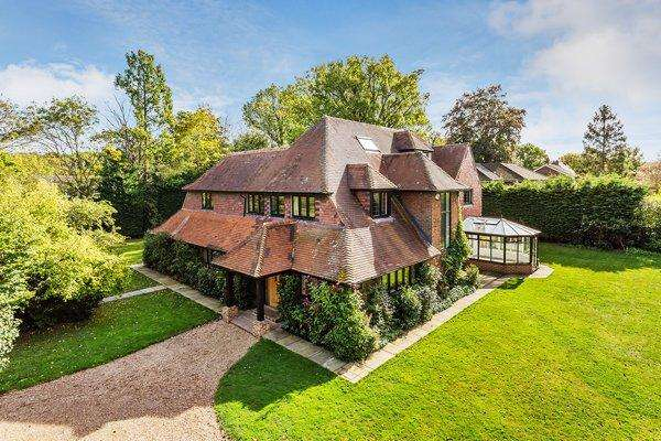 5 Bedrooms Detached House for rent in East Horsley