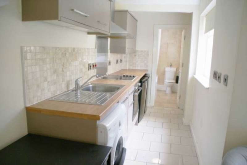 3 Bedrooms Terraced House for rent in Windermere Road NG7 6HL