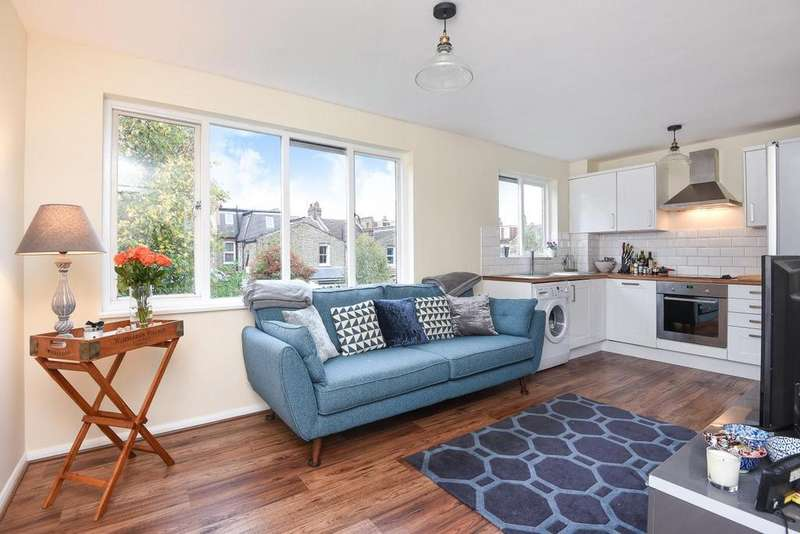 2 Bedrooms Flat for sale in Crowthorne Close, Southfields