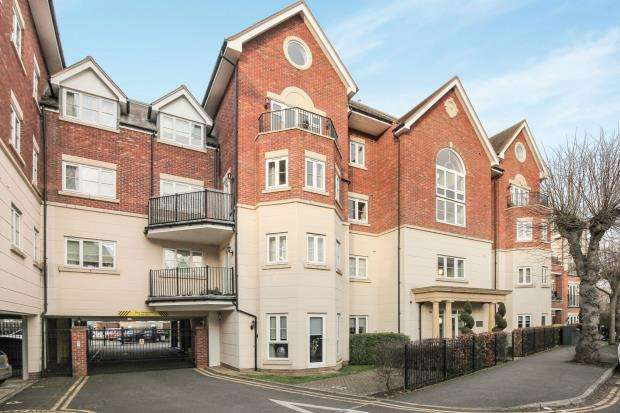 2 Bedrooms Flat for sale in Rosemount Avenue, West Byfleet, Surrey