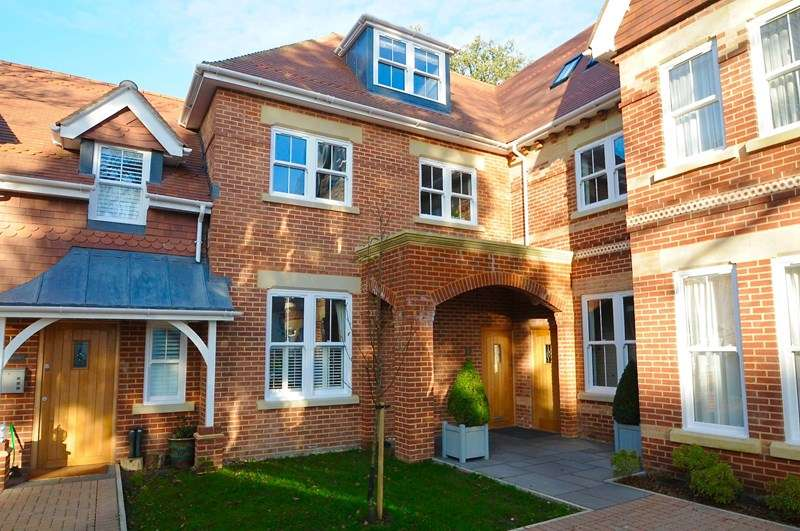 3 Bedrooms Apartment Flat for sale in Pinewood Road, Branksome Park, Poole