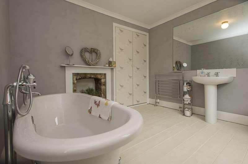 3 Bedrooms Semi Detached House for sale in Dartford Road, Dartford, Kent, DA4