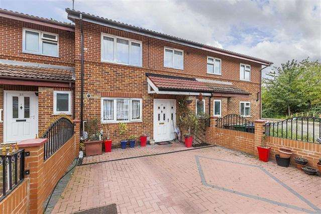 3 Bedrooms House for sale in Waterhall Close, Walthamstow