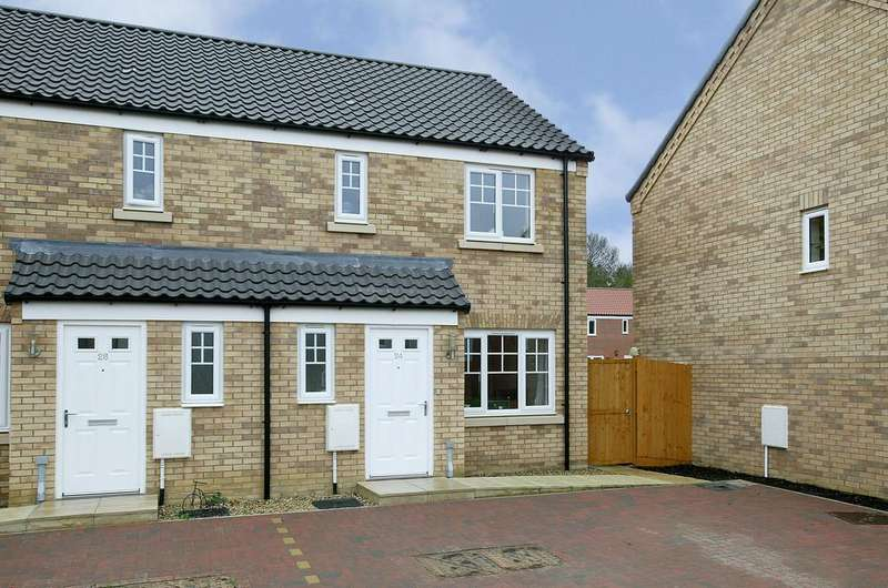 3 Bedrooms Semi Detached House for sale in Reeve Way, Wymondham