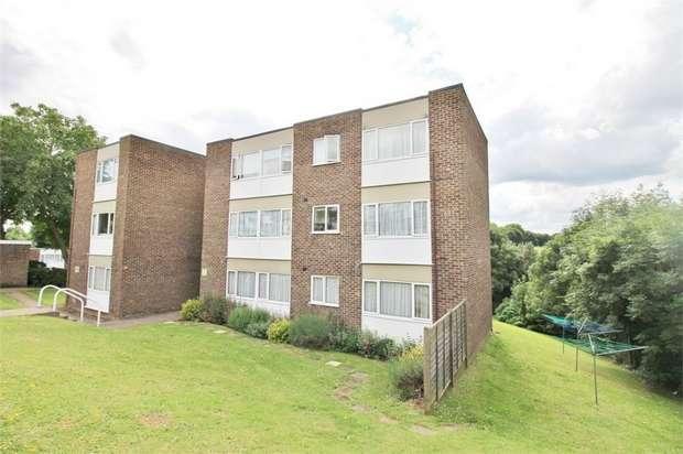 2 Bedrooms Flat for rent in Hillside, HODDESDON, Hertfordshire