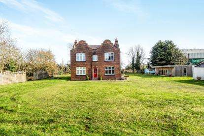 3 Bedrooms Detached House for sale in South Road, South Ockendon, Essex