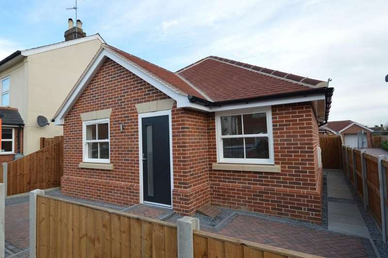 2 Bedrooms Detached Bungalow for sale in Nayland Road, Mile End